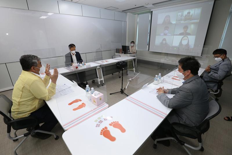 한상혁 위원장, SK브로드밴드 콜센터 방역 현장점검<br />